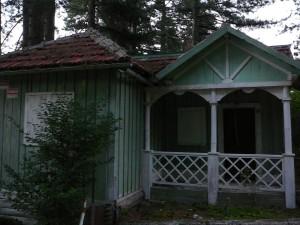Una delle tante casette in legno abbandonate, Villaggio Racise