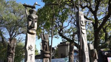 Totem Jangseung: Divinità tutelari dei villaggi e protettrici dei viandanti in Corea